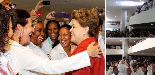 Médicos abraçam Dilma, na solenidade que lotou o Palácio  do Planalto.