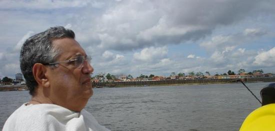 Empresário Délio Mutran singrando o Tocantins, rumo a Belém, em frente a cidade