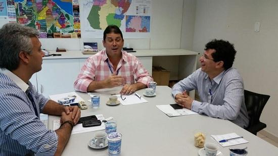 Marcelo Araújo, à direita, negocia com a direção do Inmetro, em Belém