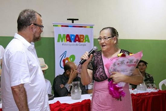 Prefeito presta homenagem a Maria Lucia Bichara, baluarte da educação no bairro Araguaia.