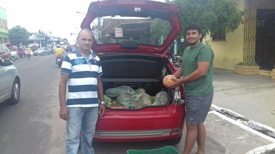 """""""Seu"""" Bosco, à esquerda, entregando alimentos para os manifestantes"""