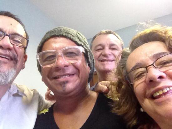 Orly Bezerra, ao fundo, comemorando a vitória de Jatene, ao lado de alguns integrantes da Equipe Açaí