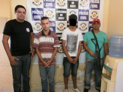 Os policiais civis Moia e Chicao. No meio, Davi e o menor R.R.S que matou a propria mãe em Ourilandia