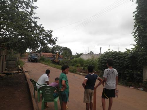 Durante dia todo, trabalhos das equipes de limpeza são acompanhados atentamente pela comunidade