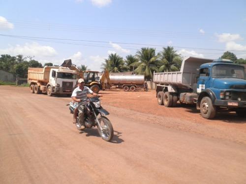 Equipamentos coletando lixo e matagal em Vila União