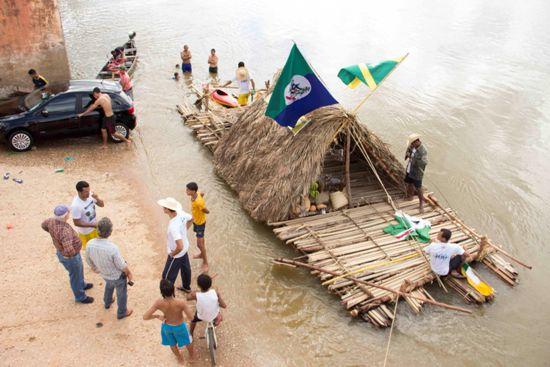 Jovens correm até a rampa para conhecer a balsa que já está famosa em todo o médio Tocantins.