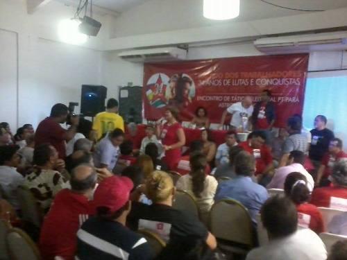 Delegados participam de debates, durante convenção.