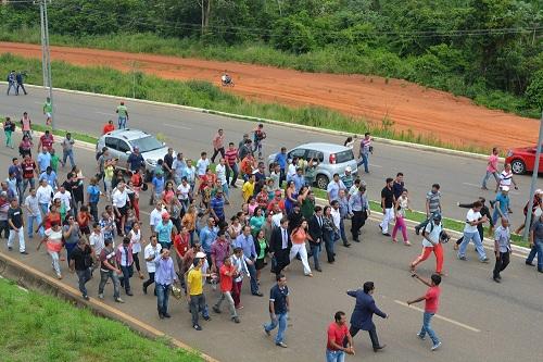 Vereadores , Ângela Pereira e seguidores caminharam em direção á Prefeitura de Parauapebas