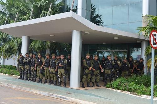 ,,, Que estava cercada por militares determinados a impedir o  acesso dos vereadores ao prédio municipal.