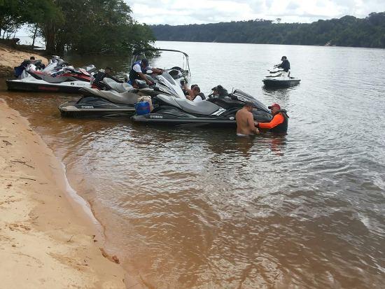 Três fotos acima, ilhota perdida no meio do Tocantins, a 7 milhas náuticas acima de Baião. Parada para repouso e um banho gostoso.