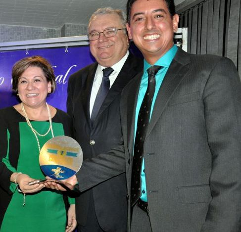 Ricardo Rosa recebe o prêmio das mãos da presidente do Tribunal de Justiça do Estado, Luzia Nadja Guimarães Nascimento, que estava como governadora em exercício.