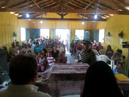 Pequena escola, que será reformada, ficou pequena para abrigar moradores. Grande parte assistiu  bate-papo do prefeito do meio do terreiro.
