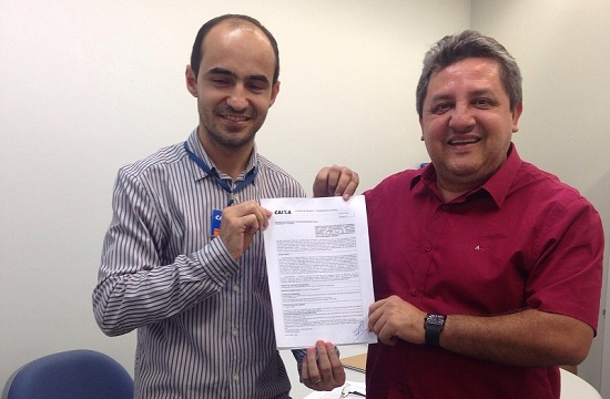 Jair Farias (direita) e o superintendente da CEF do Tocantins, exibem convênio assinado