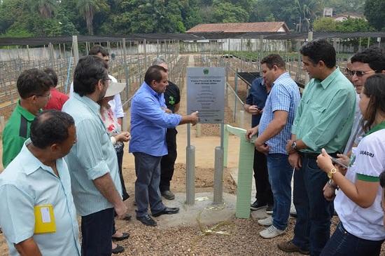 Jorge Bichara, secretário de Agricultura, descerra placa ao lado de dirigentes dado ICMbio e Vale