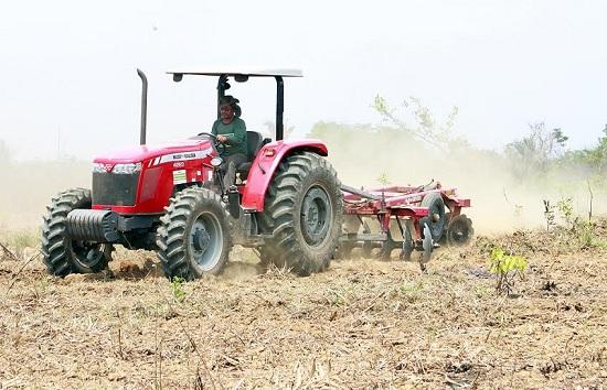 Tratores mecanizando áreas do PA Volta do Tapirapé.