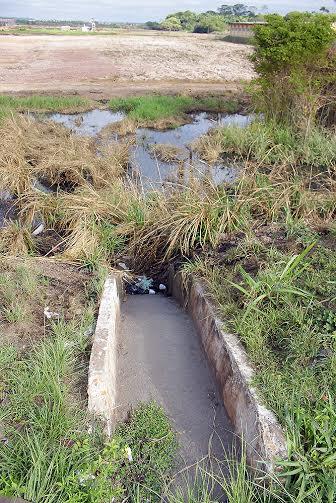 Em menos de 24 horas do início da terraplenagem, águas começam a tomar conta das áreas vizinhas ao imóvel,