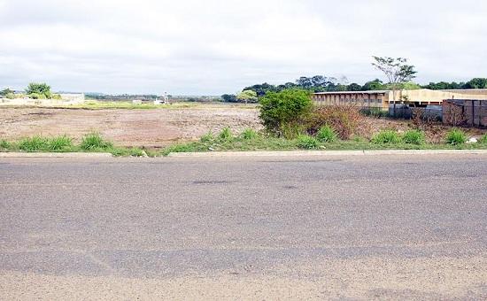 Bueiros abaixo da avenida, não canalizam mais água, obstruída pelo entupimento de suas saídas.