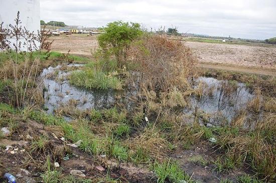 Agua acumulada, agora sem canalização, aemaça invadir estabelecimentos comerciais de seu entorno.