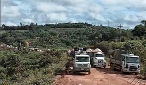 imensas filas de veículos compõem o engarrafamento dos dois lados da rodovia