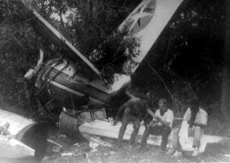 Sobreviventes da queda do boeing da Varig aguardam resgatrew na selva do Mato Grosso. Entre os doze mortos, estava Marcos Mutran,m irmão de Nagib.