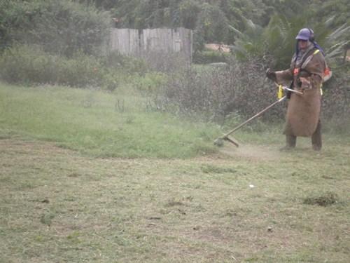 Gari realiza serviço de roço em vias da Vila Cupu