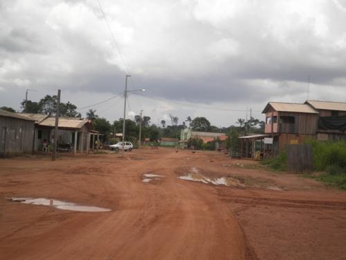 Ruas de Vila Cupo sem matagal e sem lixo. Mato que se vê é dentro de terrenos privados.