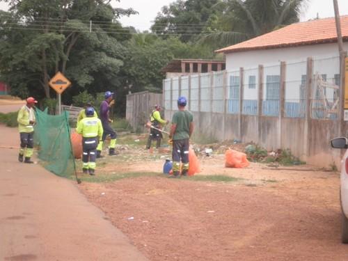 Serviço de roço e coleta, funcionando rotineiramente na Vila Santa Fé.