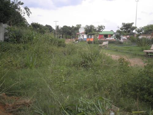 Praça de Vila União, antes da chegada da limpeza pública, coberta pelo matagal....