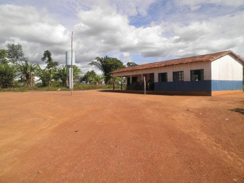 Área no entorno da escola agora sempre limpa. Antes, era coberta pelo matagal.