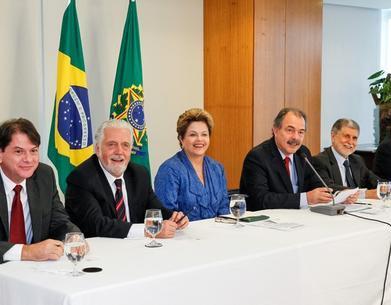 Ao lado de governadores e ministros, Dilma sancionou a criação das novas universidades