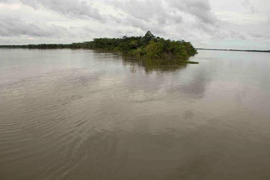 Encontro dos rios Tocantins (esquerda) e Araguaia (direita), pouco acima da cidade de São João.