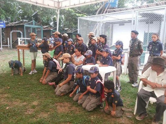 Jovens escoteiros assistem solenidade de assinatura do convênio.