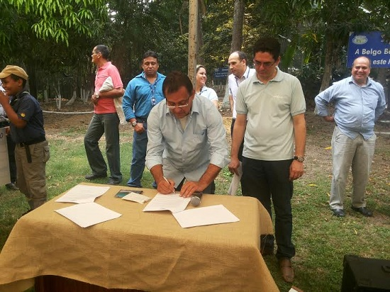 Jorge Bichara e Ezion Geber (Celpa) assinam convênio.