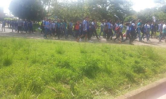 Numa das rotatórias da VP-3, centenas de alunos da Jônathas Athias fazem retorno rumo à frente da escola.