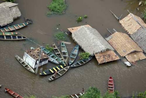 Canoas e casebres confundindo o cenário urbano tomado pelas águas dos rios Tocantins/Itacaiúnas.