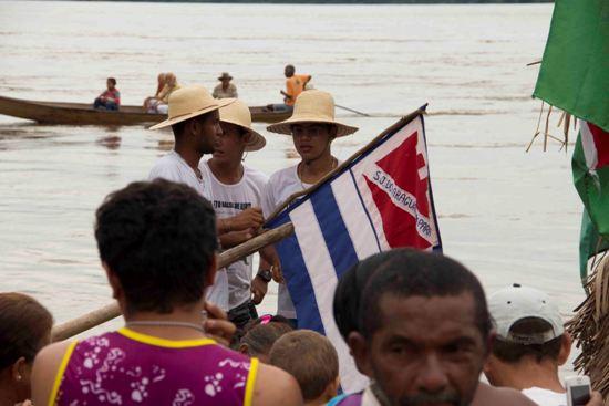bandeira de São João sendo hasteada, na balsa.