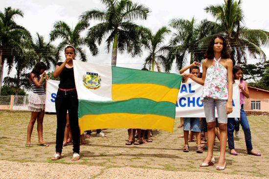 Estudantes conduzem pavilhão de Itaguatins até a beira rio.